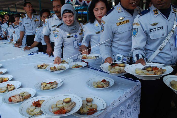 Sejumlah Pegawai Negeri Sipil (PNS) antre mengambil lontong sayur dan opor  ayam sesaat setelah Halal Bihalal di pendapa Pemkab Madiun 5a3a7a2e6a