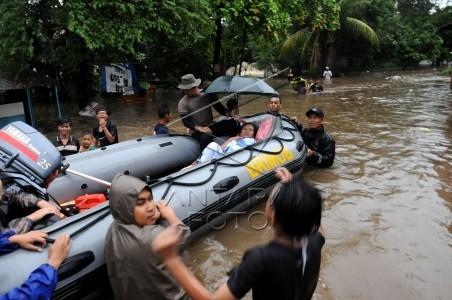 evakuasi korban banjir di depok