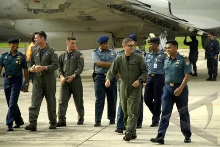 Kru P 3C Orion US Navy tiba di Lanudal Juanda