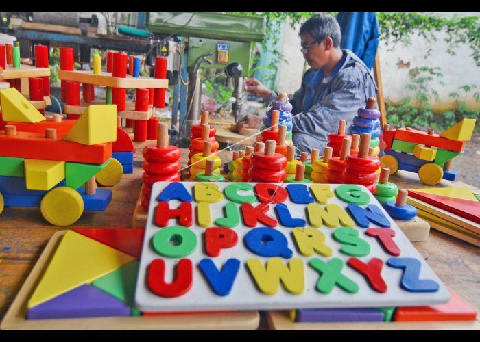 Perajin Permainan Edukatif Anak   ANTARA Foto