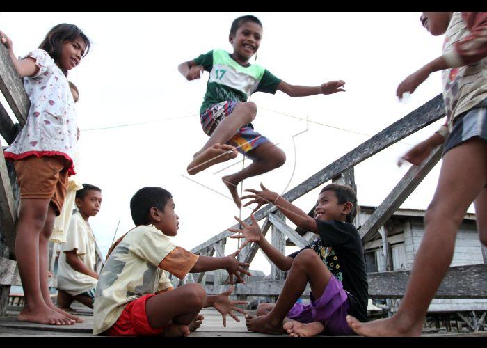 Permainan Tradisional Anak Bajo Antara Foto