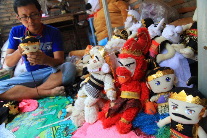 Perajin menyelesaikan pembuatan boneka wayang di rumah produksinya di  Mojosongo 1f148b586f