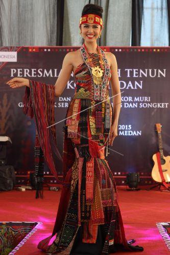 Rekor Muri Gaun Etnik Ulos Dan Songket Antara Foto