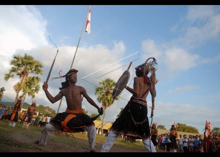 Tari Tradisional Caci Antara Foto