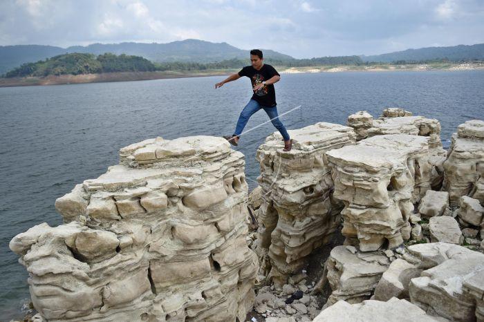 https://v-images2.antarafoto.com/wisata-batuan-lubang-sewu-pckjfp-prv.jpg